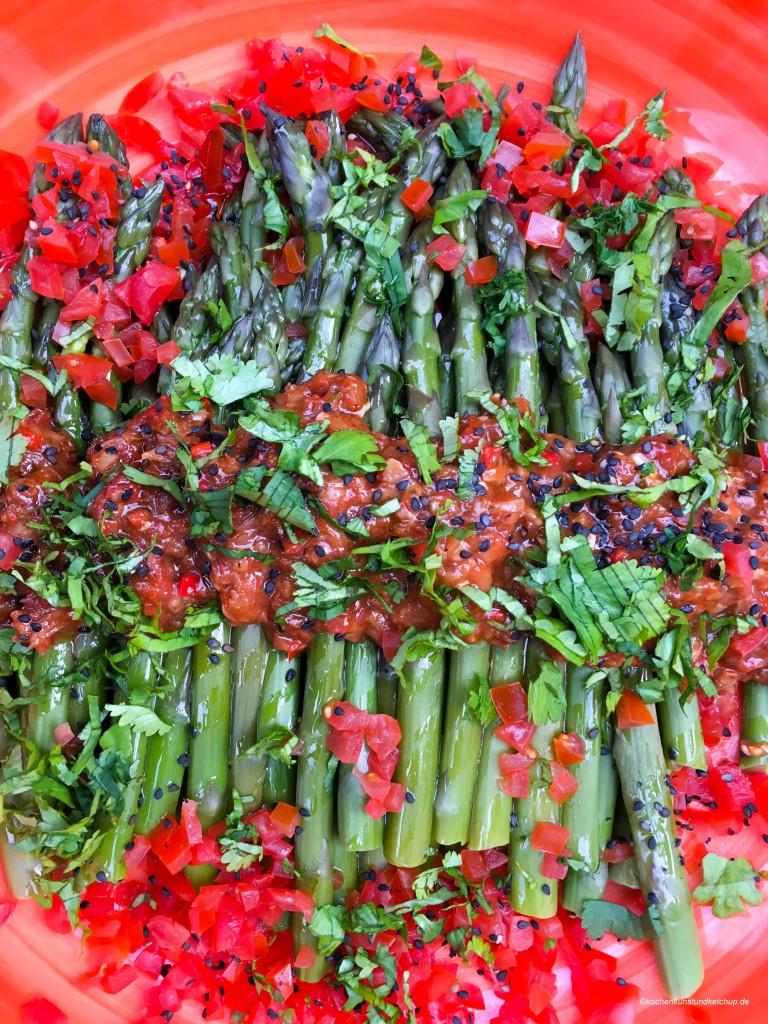 Asiatischer Spargelsalat aus grünem Spargel