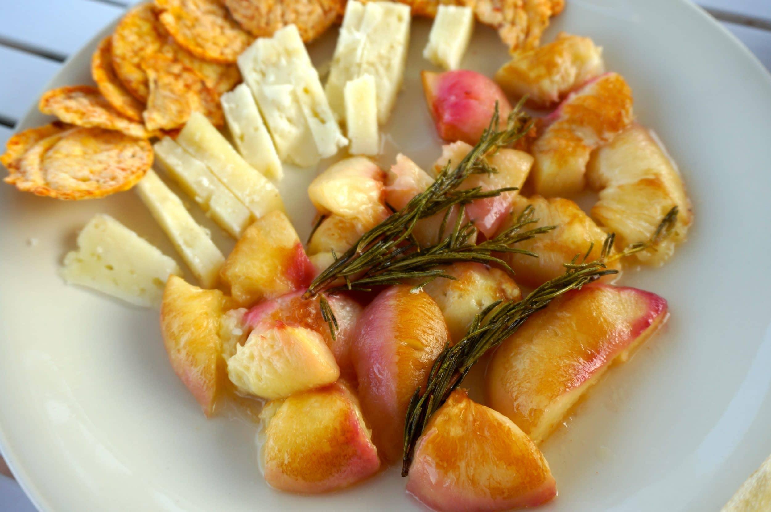 Pfirsich karamelisiert in Rosmarinbutter zu Pecorino Sardo - Toll!